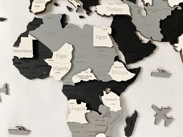 Багатошарова дерев'яна карта світу в чорно-білих кольорах