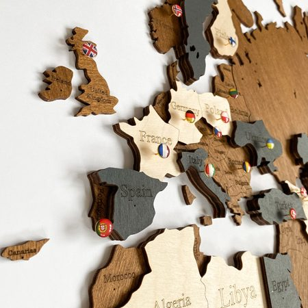 Багатошарова дерев'яна карта світу у коричневому та темно-сірому кольорах