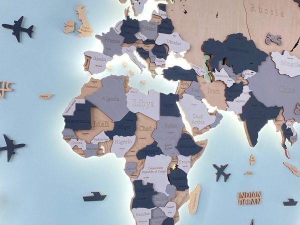 Дерев'яна карта світу з підсвідчуванням у бежевому та сірих кольорах