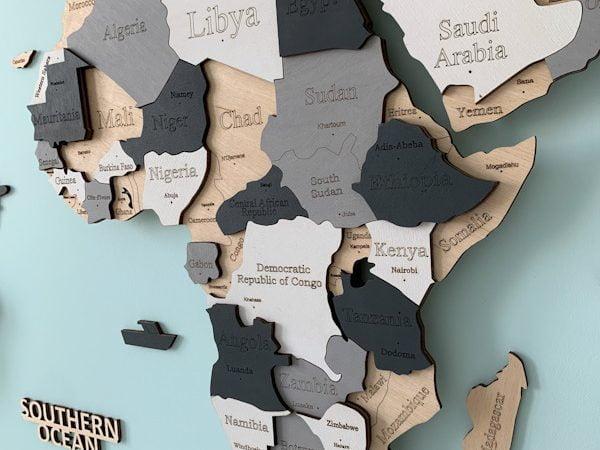 Багатошарова дерев'яна карта світу з сірим та білим кольорами