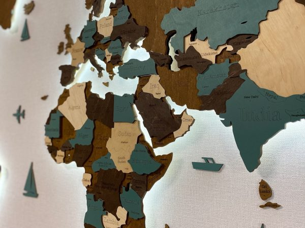 Багатошарова дерев'яна карта світу з підсвідчуванням у зеленому та коричневому кольорах